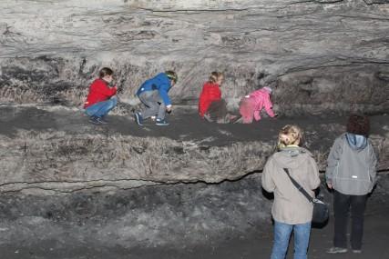 Kleinhennersdorfer Höhlen: Mit eingezogenen Koepfen auf dem staubigen Sims